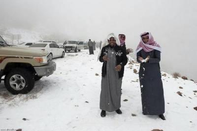 سعودی عرب کے شمالی شہر تبوک میں اچانک ہونے والی برفباری نے شہریوں کو خوشگوار حیرت میں ڈال دیا۔