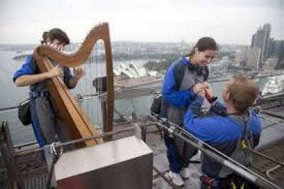 سیکڑوں میٹر اونچے ہاربر برج پر محبوبہ کو شادی کی پیشکش