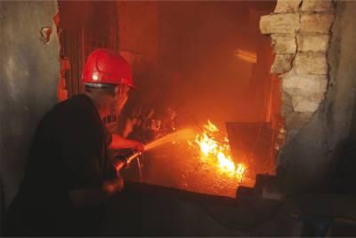کراچی میں فائربریگیڈ نے اے جی سینٹر کی بالائی منزل پر لگنے والی آگ پر قابوپالیا۔