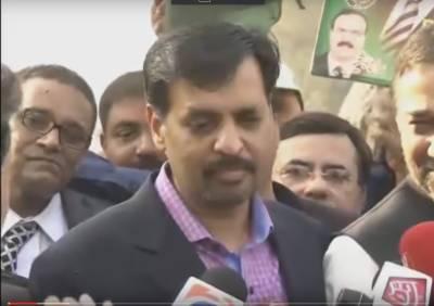 پاک سر زمین پارٹی کے سربراہ مصطفی کمال نے کہا ہے کہ جمہوریت اورآئین ہر پاکستانی کی دہلیز پر چاہئے