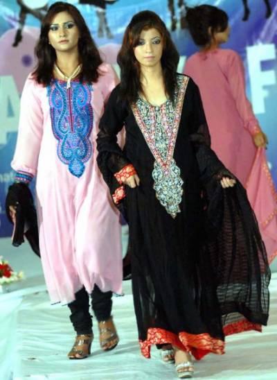 اسلام آباد میں نجی فیشن اسٹوڈیوکی جانب سے نت نئے اندازکےپہناوے متعارف کرانے کے لیے رنگا رنگ فیشن شو کااہتمام کیاگیا،