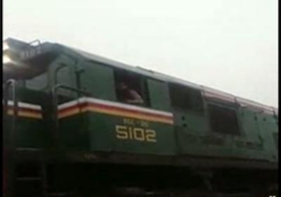 پاکستان ریلوے کے ڈرائیور نے حد کر دی۔انسانی زندگیوں کو خطرے میں ڈال کر خود