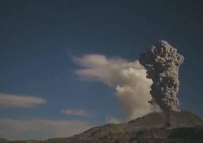 پیرو میں دوآتش فشاں پہاڑوں سے ایک ساتھ راکھ اور دھوئیں کا اخراج