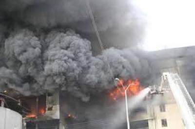 کراچی کے علاقے کورنگی صنعتی ایریا میں واقع فیکٹری میں آتشزدگی سے لاکھوں روپے مالیت کا سامان جل کرخاکستر ہوگیا،