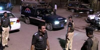 کراچی میں پولیس نےکارروائی کرتےہوئے پولیس اہلکاروں کےقتل میں ملوث ٹارگٹ کلرکوگرفتارکر لیا ملزم کےقبضےسےاسلحہ بھی برآمدکرلیا گیا