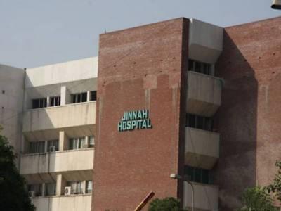 لاہور کے جناح ہسپتال میں قصور سے لائی گئی مریضہ مناسب طبی امداد نہ ملنے پر دم توڑ گئی ساٹھ سالہ مریضہ کو زمین پر لٹا کر ڈرپ لگائی گئی تھی