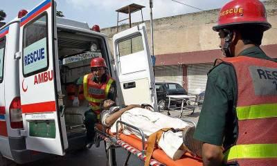 ساہیوال میں بس بےقابو ہوکر ٹرالرسےٹکراگئی حادثےکےنتیجےمیں چارافراد جاں بحق اور پچیس زخمی ہوگئے