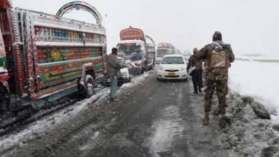 پاک فوج اورايف سی کے جوانوں نے حاليہ شديدبرفباری سے بند ہونے والی قومی شاہراہوں کو بحال کردیا