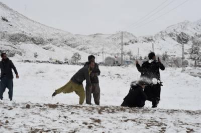شمالی علاقوں میں برفباری کے بعد ہر شے نے سفید چار اوڑھ لی۔