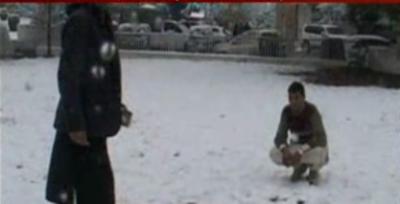 کرم ایجنسی میں شدید برف باری کے باعث پارہ چنار وادی نے سفید چادر اوڑھ لی ہے