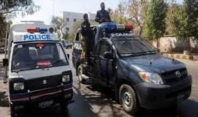 کراچی کے علاقے طارق روڈ لبرٹی چوک کے قریب پولیس نے شیشہ بار پر چھاپہ مار کارروائی کرتے ہوئے سولہ افراد کو حراست میں لے لیا