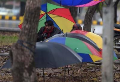 اسلام آباد سمیت مختلف علاقوں میں بارش اورپہاڑوں پر برف باری سے موسم مزید سردہوگیا۔