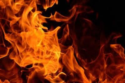 کراچی کے علاقے اتحاد ٹاؤن میں ایک مکان میں اچانک آگ بھڑک اٹھی۔ آتشزدگی کے نتیجے میں خاتون سمیت چار افراد جھلس کر زخمی
