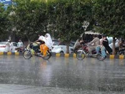 لاہور میں موسلادھار بارش اور کئی علاقوں میں ژالہ باری سے سردی بڑھ گئی جبکہ سرد موسم کا مزہ دوبالا کرنے کیلئے شہریوں نے چٹ پٹے کھانوں کی دکانوں کا رخ کرلیا۔