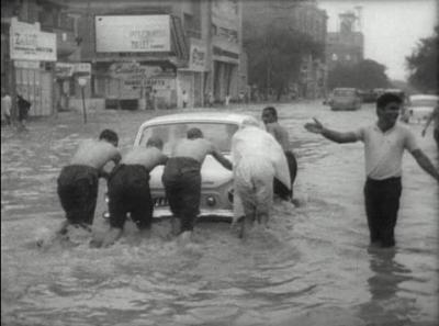 کراچی میں نکاسی آب نہ ہونے سے ایم اے جناح روڈ سمیت کئی نشیبی علاقوں میں شہری دہری اذیت کا شکار ہو گئے