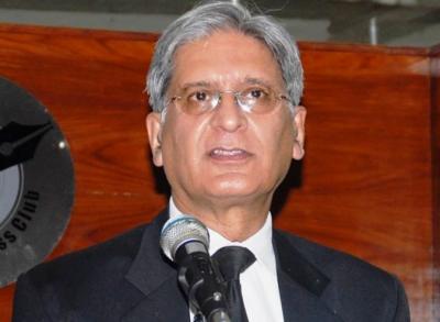 پاناما لیکس کیس میں حکومت خط پر خط پیش کر رہی ہے: اعتزاز احسن