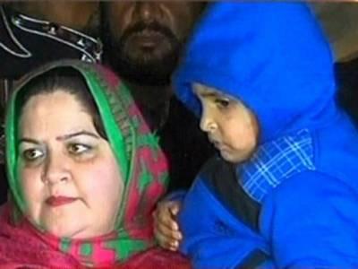 پاکستانی ہائی کمیشن اور سماجی کارکنوں کی کوششیں رنگ لے ہی آئیں,پانچ سالہ افتخار کو واہگہ بارڈر پراس کی ماں کے حوالے کر دیا گیا
