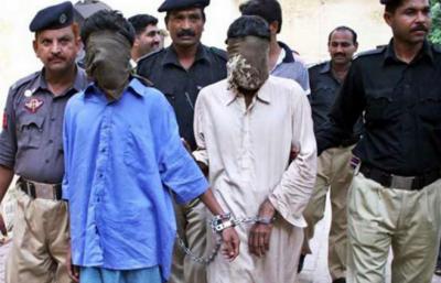 کراچی میں پولیس نے کارروائی کرتے ہوئے سٹریٹ کرائم کی وارداتوں میں ملوث تین ملزمان کو گرفتار کر کے اسلحہ برآمد کر لیا