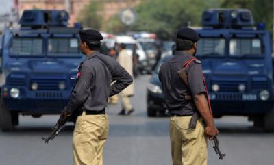 ایسٹ پولیس کراچی نے کارروائی کرتے ہوئے چالیس سے زائد اسٹریٹ کرائم میں ملوث گروہ کے سرغنہ کو ساتھی سمیت گرفتار کرلیا۔