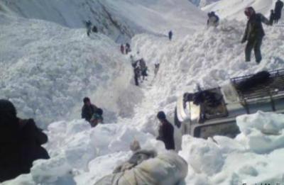 افغانسان کے صوبے پروان میں برفانی تودہ گرنے سے سولہ افراد جاں بحق ہو گئے،