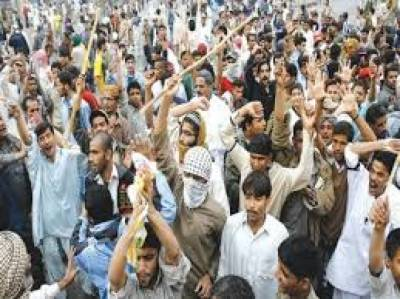 کراچی کے علاقے اورنگی ٹاؤن میں بڑھتی ڈکیتیوں کے خلاف اہل علاقہ کا شدید احتجاج