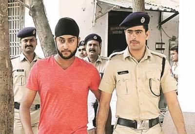 ریلوے اسٹیشن کے پلیٹ فارم پر گاڑی چلانے والا بھارتی کرکٹر گرفتار