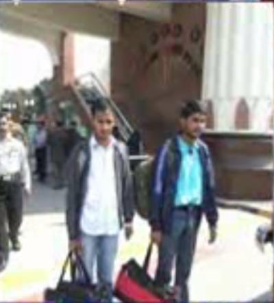 غلطی سے سرحد پار کرنے والے دو پاکستانی طالب علم وطن واپس پہنچ گئے