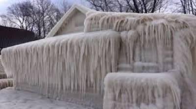 نیویارک میں مسلسل برفباری اور ٹھنڈ نے ایک گھر کو ایسے ڈھانپ دیا کہ وہ کسی فلم کا منظر پیش کرنے لگا