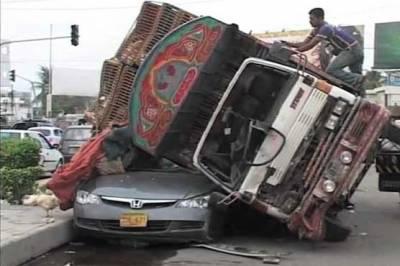 کراچی کے علاقے سائٹ ایریا میں تیز رفتار ڈمپر بے قابو کر متعدد گاڑیوں پر چڑھ گیا, حادثے کے نتیجے میں سات افراد زخمی ہو گئے