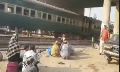 چیچہ وطنی کے قریب کراچی سے آنے والی ٹرین کی 4بوگیاں پٹڑی سے اتر گئی ہیں