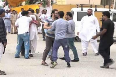 لاڑکانہ میں احتجاج کے دوران جیالے اور متوالے آمنے سامنے