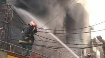 لاہور کے مصروف ترین بازارنیو انارکلی میں پلازے میں لگی آگ سے کروڑوں روپے کا سامان جل کر راکھ بن گیا