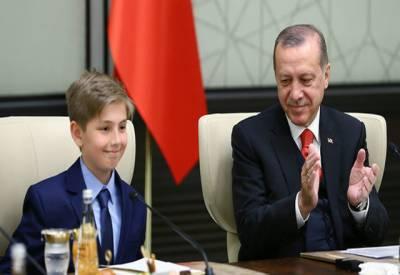 یومِ اطفال پر ترک صدر نے اپنی کرسی چوتھی جماعت کے طالبعلم کے حوالےکردی۔