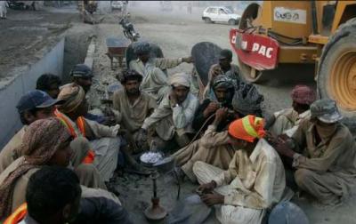 سو جاتا ہے فٹ پاتھ پہ اخبار بچھا کر،،، مزدور کبھی نیند کی گولی نہیں کھاتا,,,محنت کشوں کی عظمت کو سلام پیش کرنے کیلئے آج پاکستان سمیت دنیا بھر میں یومِ مزدور منایا جارہا ہے