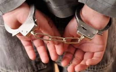 کراچی کے علاقے لیاری کلاکوٹ بزنجو چوک کے قریب رینجرز نے کارروائی کےدوران گینگ وار کے3کارندوں کو گرفتار کرلیا
