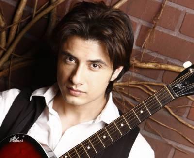 مشہور پاکستانی گلوکار، موسیقار، نغمہ نگار، اداکار، ماڈل اور پینٹر علی ظفر آج اپنی 37 سالگرہ منا رہے ہیں