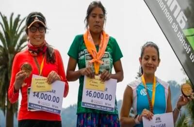ٹائرسے بنی چپل پہنے خاتون نے 50 کلومیٹر کی دوڑ جیت لی۔