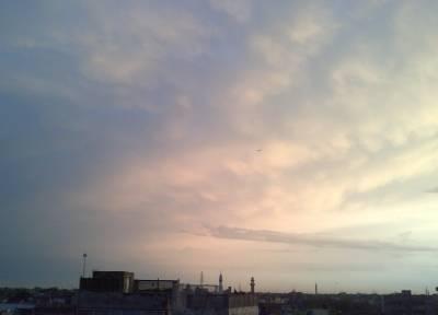 سرمئی بادلوں نے لاہور کو اپنی لپیٹ میں لے لیا۔