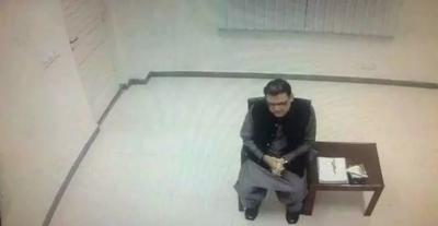 حسین نواز کی جے آئی ٹی میں پیشی کی تصویر سوشل میڈیا پر وائرل ہو گئی