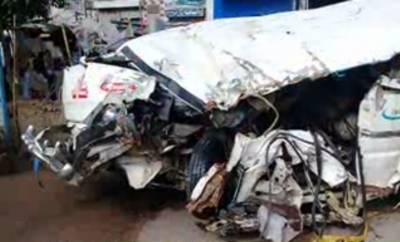 شاہ کوٹ میں ٹرک اور وین میں تصادم کے نتیجے میں ایک ہی خاندان کے 3 افراد جاں بحق جبکہ 11 زخمی