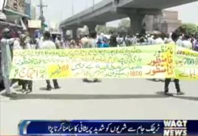 لاہور میں فیروزپورروڈ پر کچی آبادی گرانےپر معاوضہ ادا نہ کرنے پرعلاقہ مکین نے احتجاج کردیا