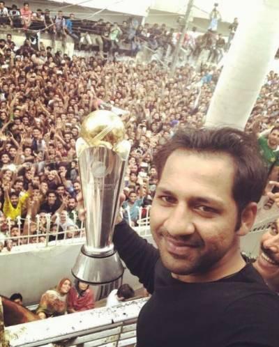 قوم کے ہیرو سرفراز احمد چیمپینز ٹرافی کے ساتھ پاکستان پہنچ گئے