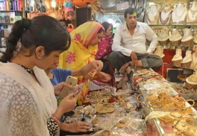 عید کی آمد پر بڑے تو بڑے بچے بھی شاپنگ میں مصروف ہیں۔
