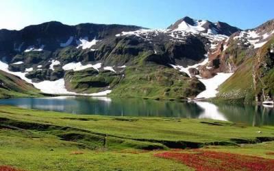 عید پر ملک بھر سے ہزاروں کی تعداد میں سیاح سوات کالام، اور دیگر سیاحتی مقامات کی خوبصورت جھیلوں، جھرنوں، آبشاروں اور نظاروں کو دیکھنے کیلئے ان علاقوں کا رخ کررہے ہیں۔