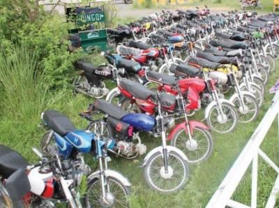 اسلام آباد ٹریفک پولیس نے ون ویلرز کے خلاف کارروائی کرتے ہوئےدوسو سے زائد موٹر سائیکل مختلف تھانوں میں بند کرادیں۔