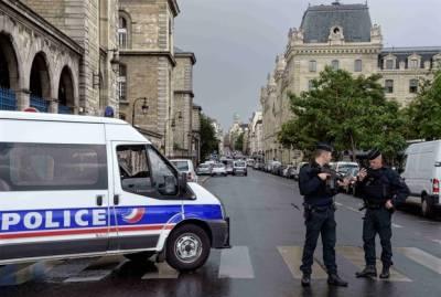 فرانس کے دارالحکومت پیرس میں ایک شخص نے مسجد کے قریب لوگوں پر گاڑی چڑھانے کی کوشش کی