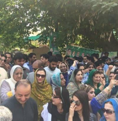 مریم نواز صاحبہ کی پیشی کے موقع پر مسلم لیگ ن کے رہنماؤں اور کارکنوں کی بڑی تعداد فیڈرل جوڈیشل اکیڈمی کے باہر موجود ہے