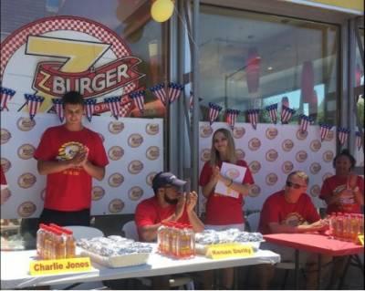 امریکہ میں کھانے پینے کے شوقین افراد کے درمیان برگر کھانے کے دلچسپ مقابلے کا انعقاد کیا گیا