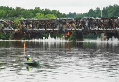 امریکا: 108سالہ قدیم پل دھماکے سے اڑھادیا گیا۔