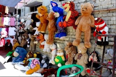 مہنگائی نے بچوں کو کھلونوں سے دور کر دیا ہے۔